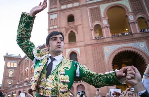 Perera saliendo a hombros de la Monumental de Las Ventas. (FOTO: Juan Pelegrín)