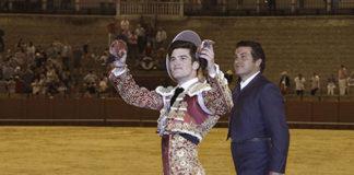 Garrido dando la vuelta al ruedo en Sevilla. (FOTO: Toromedia)
