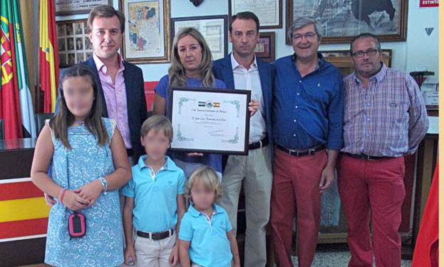 La familia del doctor Hernández de la Rosa recogiendo la distinción. (FOTO: M.Cáceres)