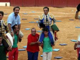 Carlos Muñoz saliendo a hombros de la plaza de Marbella. (FOTO:José Salguero Duarte-desdelcallejon.com)