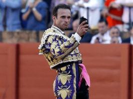 Antonio Ferrera con la oreja del 'victorino' cortada en Sevilla. (FOTO:Toromedia)