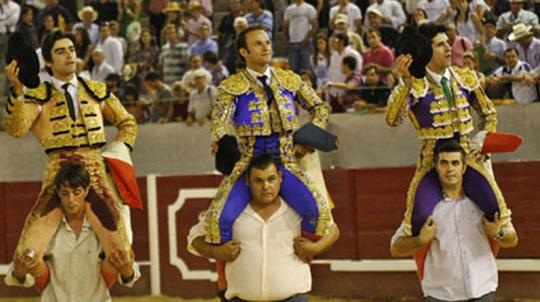 Perera, Ferrera y Talavante saliendo a hombros de Don Benito (FOTO: Gallardo)