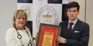 José Garrido, acompañado de la presidenta de la Tertulia Los 13, con el trofeo concedido. (FOTO: Álvaro Pastor Torres)