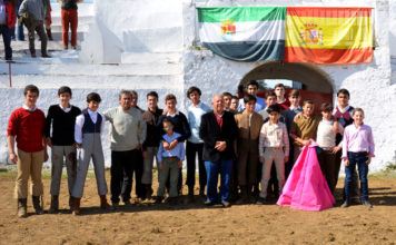 Profesores y alumnos posando tras el tentadero (FOTO: Juan Carlos Díaz)