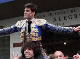 Garrido saliendo en hombros de la Plaza de Bilbao el pasado 22 de agosto. (FOTO: Manu de Alba)