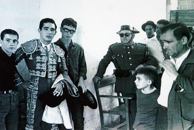 Con su padre, embelesado ante Paco Camino