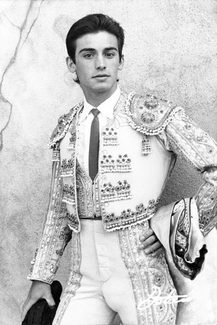 Un joven Luis Reina posando antes del paseíllo