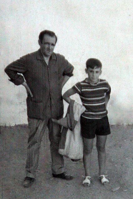 Junto a su padre a la finalización de las clases de toreo de salón.