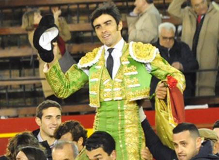 Miguel Ángel Perera a hombros imagen de archivo. (FOTO: Alberto Jesús-mundotoro.com)