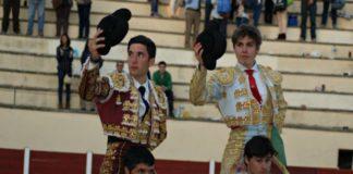 David Bolsico y Antonio Medina saliendo a hombros (FOTO: Jose Campos)