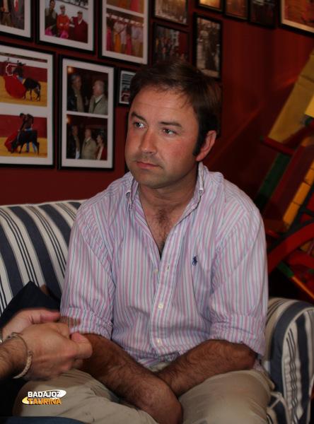 Carlos Muñoz sentado en el salón de la finca Doña Elvira (FOTO: Gallardo)