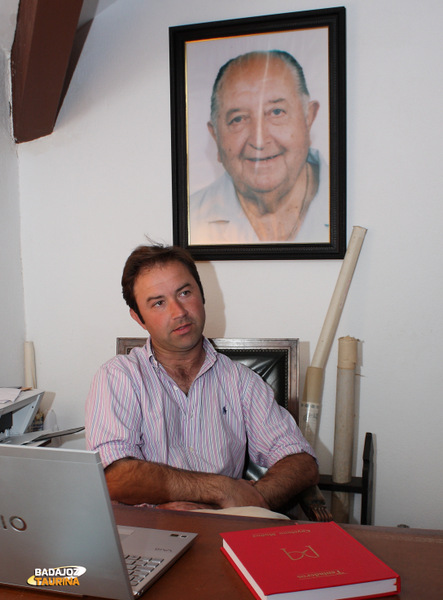 El retrato del abuelo Cayetano preside el despacho de Carlos Muñoz (FOTO: Gallardo)