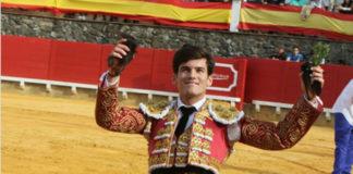 José Garrido paseando dos de los cinco trofeos cortados en Cortegana (FOTO: Mundotoro.com)