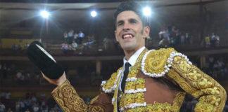 Talavante saliendo en hombros del coso de Los Califas de Córdoba (FOTO: FIT)