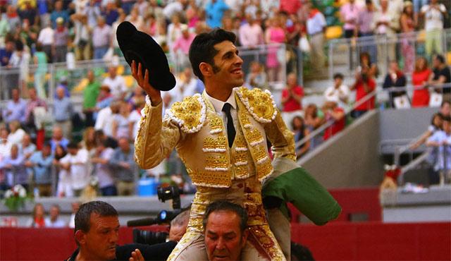 Talavante paseado en hombros esta tarde en Burgos (FOTO: Emilio Méndez)