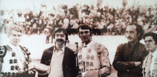 Carlos Domínguez, con bigote y brazos cruzados, en la plaza de Valencia del Ventoso atestada de aficionados
