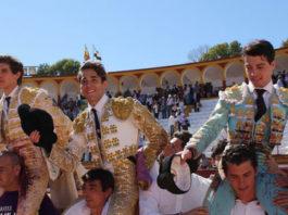 Los tres novilleros que actuarán en Badajoz saliendo a hombros de Olivenza (FOTO: Gallardo)