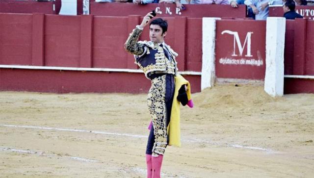 Miguel Ángel Perera mostrando una de las orejas cortadas en Málaga (FOTO: FIT)