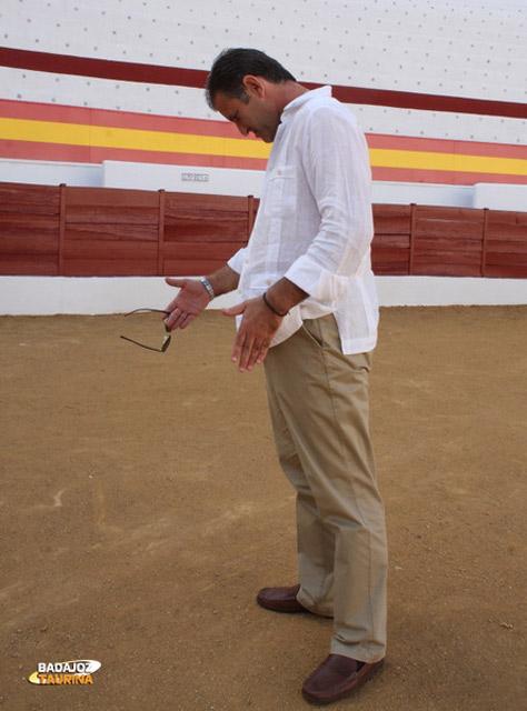 Antonio Muñoz evocando sus recuerdos en la plaza de Zafra (FOTO: Gallardo)