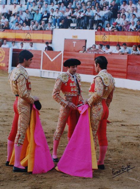 Enrique Ponce en presencia de Jesulín dando la alternativa a Antonio Muñoz