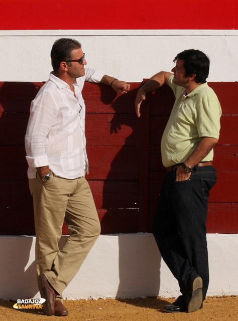 Antonio Muñoz atendiendo a BADAJOZ TAURINA en la plaza de Zafra (FOTO: Gallardo)