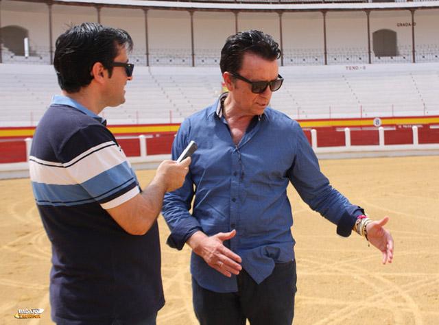 Ortega Cano lanceando al viento para explicar su proyecto de toreo de salón para aficionados (FOTO:Gallardo)