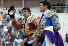 Miguel Ángel Perera y José Garrido saliendo a hombros en Palencia. (FOTO: Félix P)