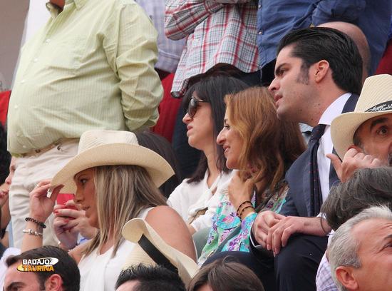 @piconerasevilla acompañada de más morantistas venidos de Sevilla
