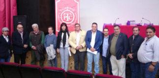 Miembros de la Federación Taurina de Extremadura junto a autoridades