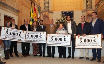 Perera con los representantes de las asociaciones a las que ha donado el premio Paquiro (FOTO:Miguel López)