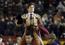 Garrido saliendo a hombros de la plaza valenciana tras su triunfo de esta tarde (FOTO: Arjona-Aplausos)