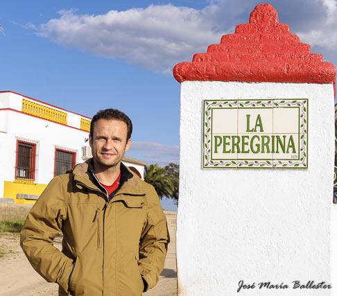Antonio Ferrera en la puerta de su ganadería
