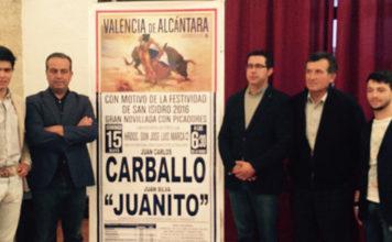 Los dos novilleros y el empresario posando con miembros de la Corporación ante el cartel de la novillada