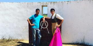 Luis Manuel Terrón y el banderillero Antonio Vázquez en un tentadero en Prieto de la Cal