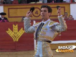 Tomás Campos con las dos orejas que cortase el día de su alternativa en Badajoz (FOTO:Gallardo)