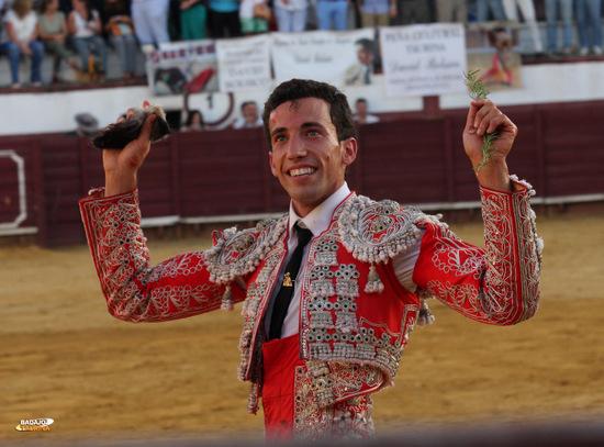 David de Miranda paseando sonriente las dos orejas del primero (FOTO:Gallardo)