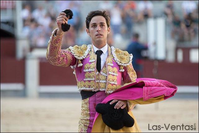 Con la oreja cortada a su primero. Foto: Las-Ventas.com