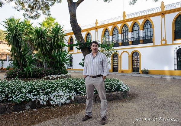 Francisco Cancho Terrón en el jardín del porche del cortijo de Los Fresnos (FOTO:JMª Ballester)