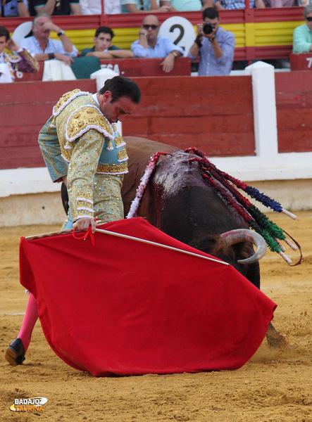 Enrique Ponce volvió a Mérida tras nueve años de ausencia. Recogió el cariño del público y les entregó dos faenas para el recuerdo (FOTO:Gallardo)