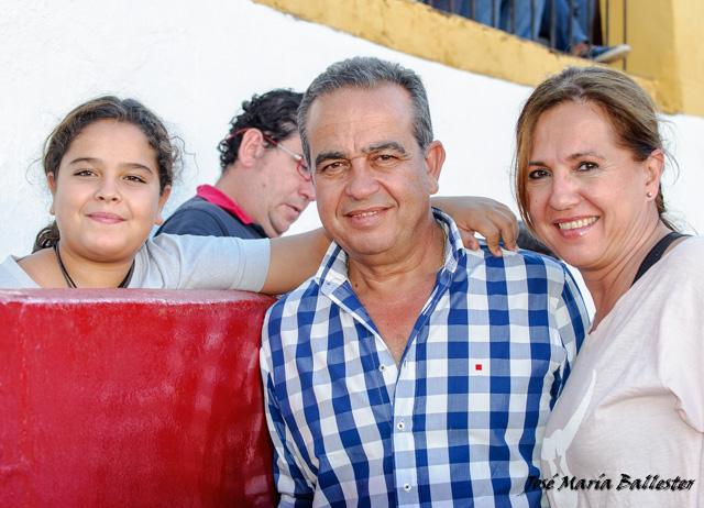 Joaquín Domínguez junto a su hija y su cuñada Inma