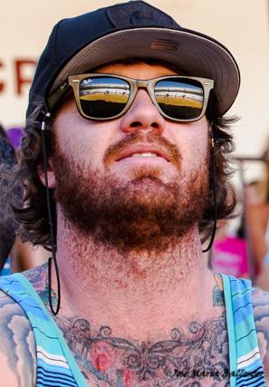 Un hombre de tatuaje en pecho