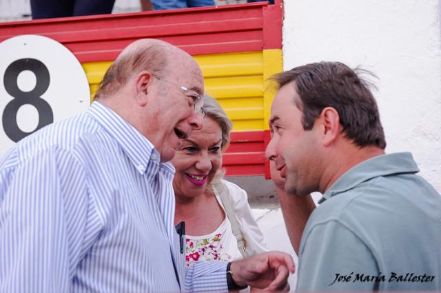 José Luis Iniesta y señora conversan con Carlos Muñoz
