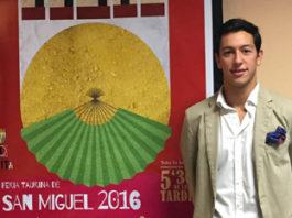 Miguel Ángel Silva junto al cartel de su alternativa