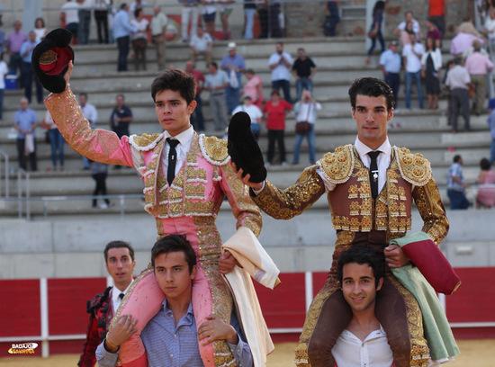 Juanito y Jesús Díez a hombros