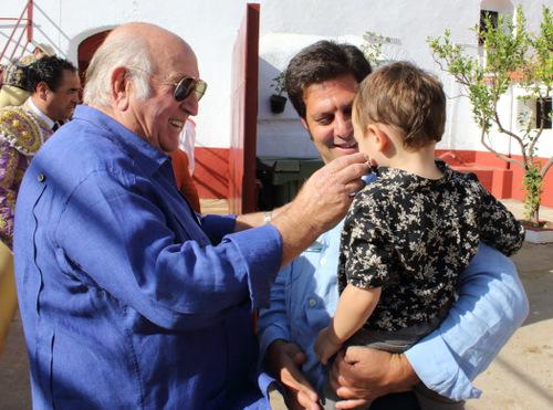 El ganadero Antonio Muñoz hace una carantoña a Jacobo, hijo de Murillo Márquez