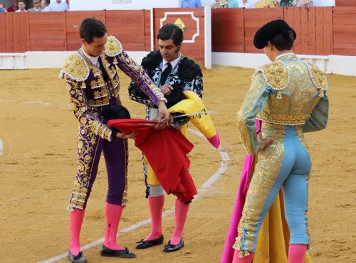 Morante intercambia los trastos con Miguel Ángel Silva (FOTO:Gallardo)