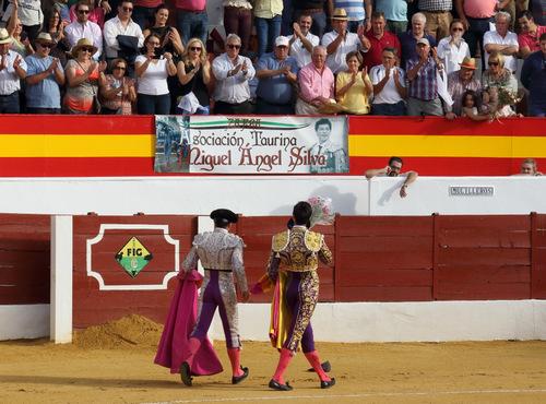La peña de Silva aplaudiendo a su torero en la vuelta