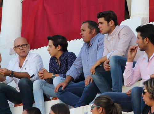 El rejoneador Ricardo Murillo siguiendo el festejo desde el tendido