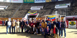 Un grupo de aficionados y profesionales posan junAlgunos de los asistentes al desayuno posan junto al novillero venezolano