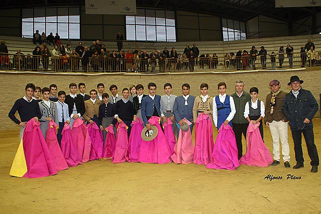 Los alumnos posan junto a sus maestros y el ganadero Justo Castilla